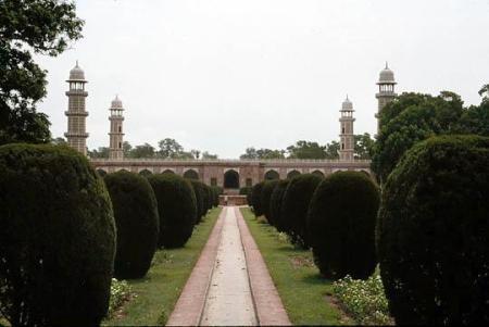 1477480-jahangirs_tomblahore-pakistan1